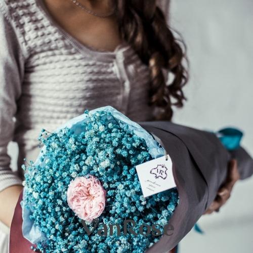 Букет из голубой гипсофилы и розы