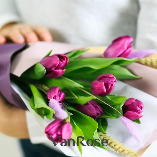 Букет из сиреневых тюльпанов с колосками