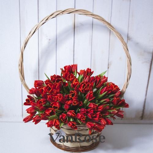 Корзина с красными тюльпанами