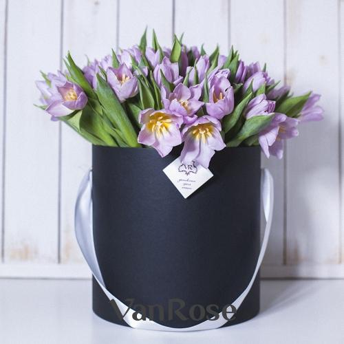 Сиреневые тюльпаны в черной шляпной коробке