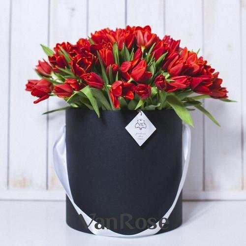 Красные тюльпаны в черной шляпной коробке