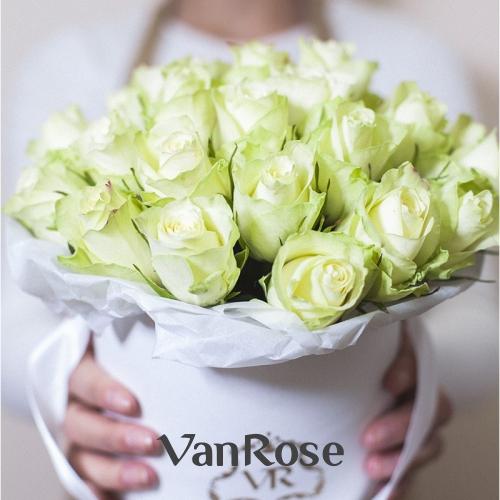 29 белых роз в шляпной коробке