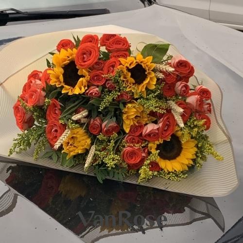 Букет из кустовой розы, подсолнухов, солидаго и пшеницы