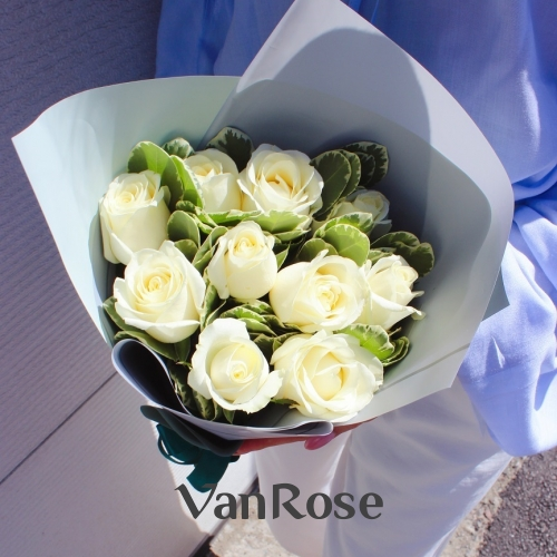 Букет из белых роз с зеленью в упаковке