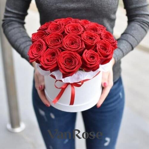 19 красных роз в белой шляпной коробке