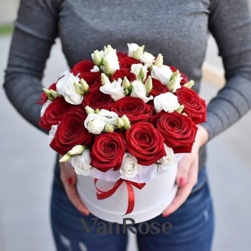Красные розы и белый лизиантус в белой шляпной коробке