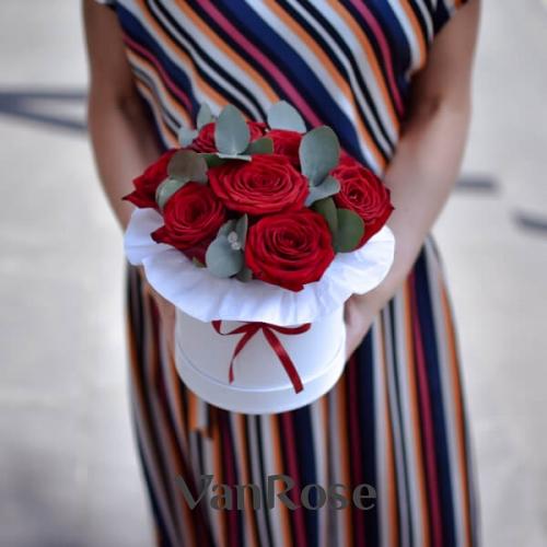 Красные розы с зеленью эвкалипта в белой шляпной коробке