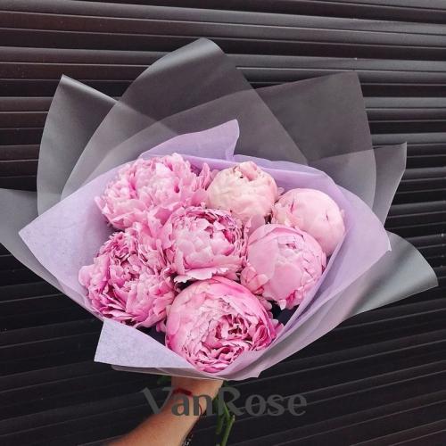 Букет из 7 розовых пионов в дизайнерской