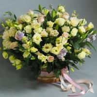 Композиция из роз, лизиантуса, лилии, зелени