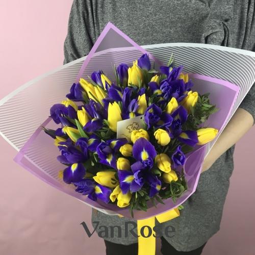 Букет из тюльпанов и ирисов в упаковке