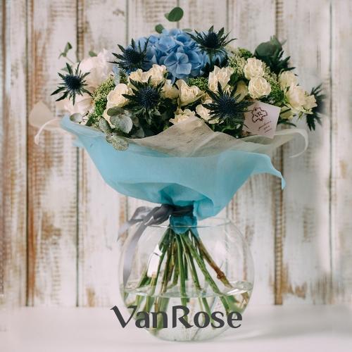 Букет из кустовой розы, гортензии и эрингиума