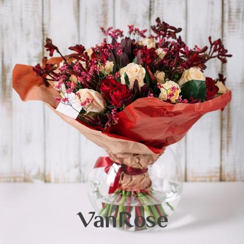 Букет из розы микс, анигозантуса, леукодендрона