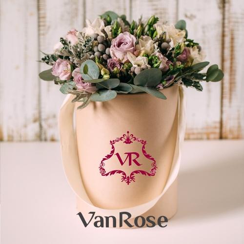 Композиция из роз лизиантуса брунии в шляпной коробке