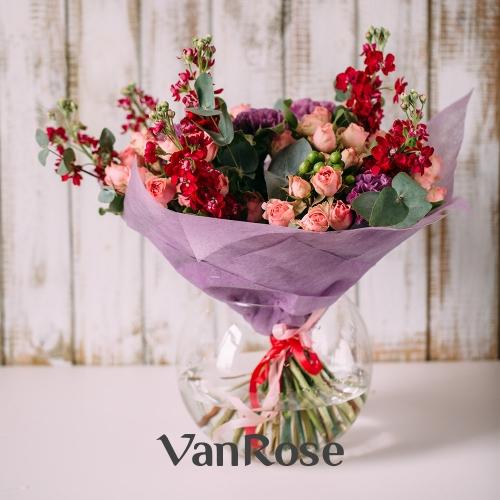 Букет из маттиолы, кустовой розы и гвоздики