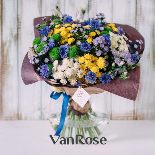 Букет из хризантемы, астр, лизиантуса и васильков
