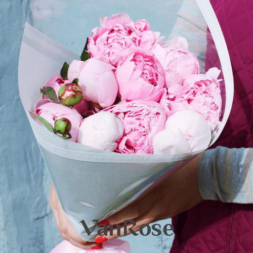 Букет из 15 розовых пионов в крафте