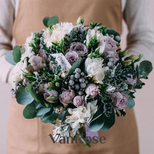 Букет из кустовой розы, брунии, фрезии, лизиантуса и эвкалипта