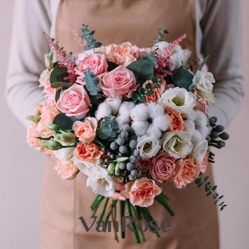 Букет из розы, лизиантуса, астильбы, хлопка и эвкалипта