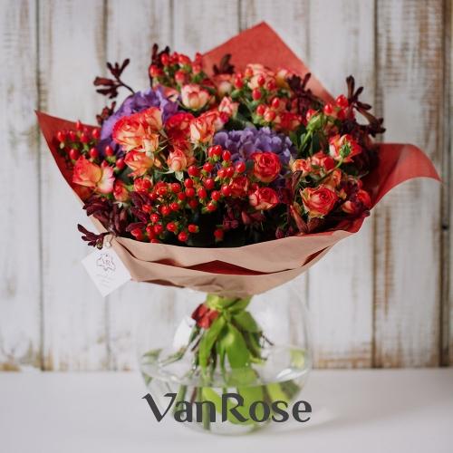 Букет из кустовой розы, гиперикума, гортензии и анигозантуса