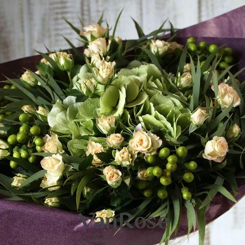 Букет из гортензии, гиперикума, кустовой розы и эвкалипта