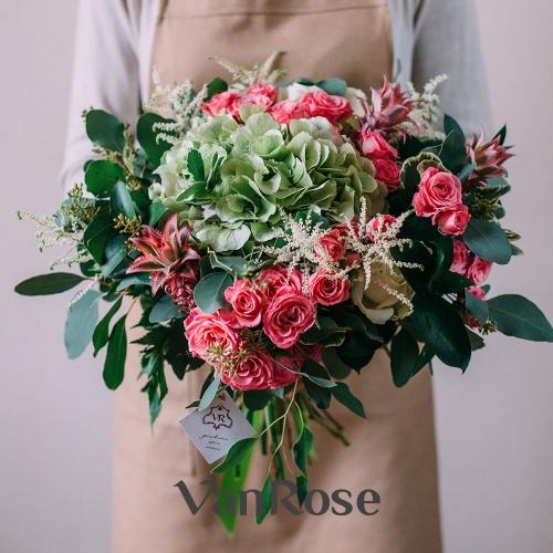 Букет из гортензии, ананаса, астильбы, кустовой розы, розы микс и эвкалипта