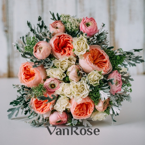 Букет из пионовидной розы, кустовой розы, ранункулюса и трахелиума