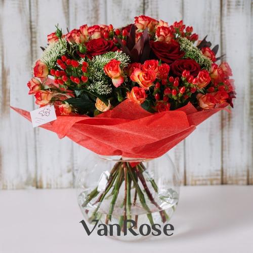 Букет из кустовой розы, розы микс, трахелиума, леукодендрона, гиперикума